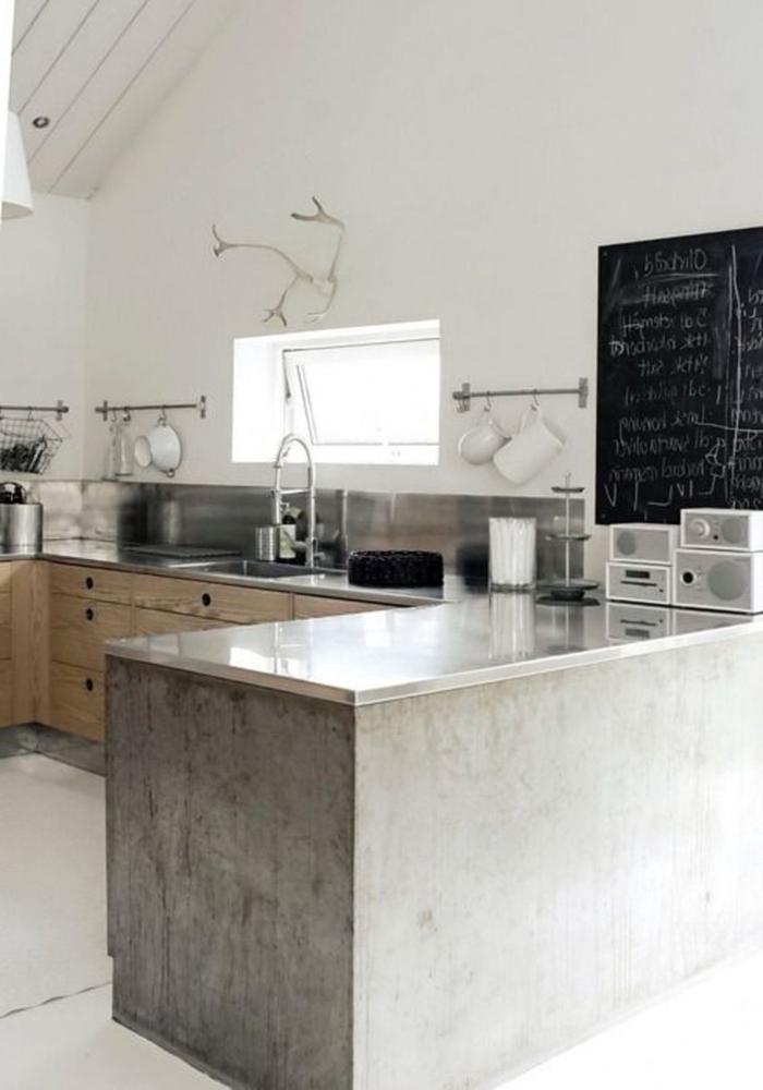 aménagement fonctionnel d'une cuisine industrielle en bois, béton et inox