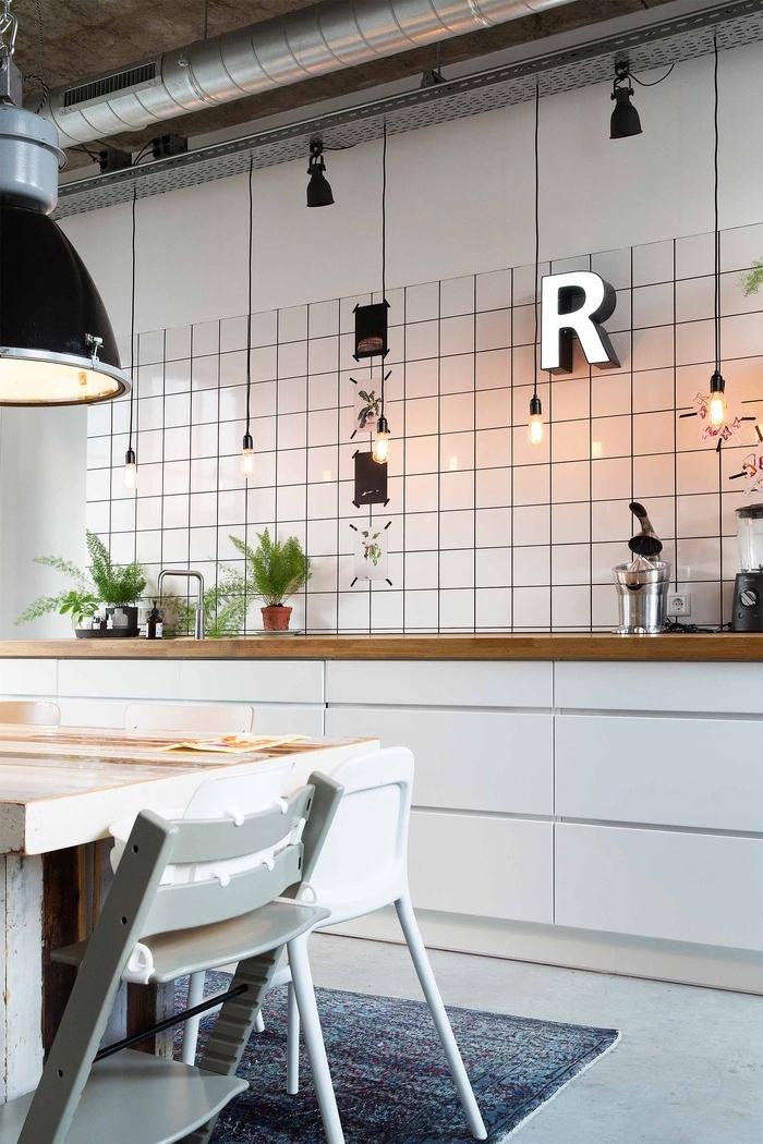 cuisine en noir et blanc au design élégant associant la deco industrielle à l ambiance scandinave