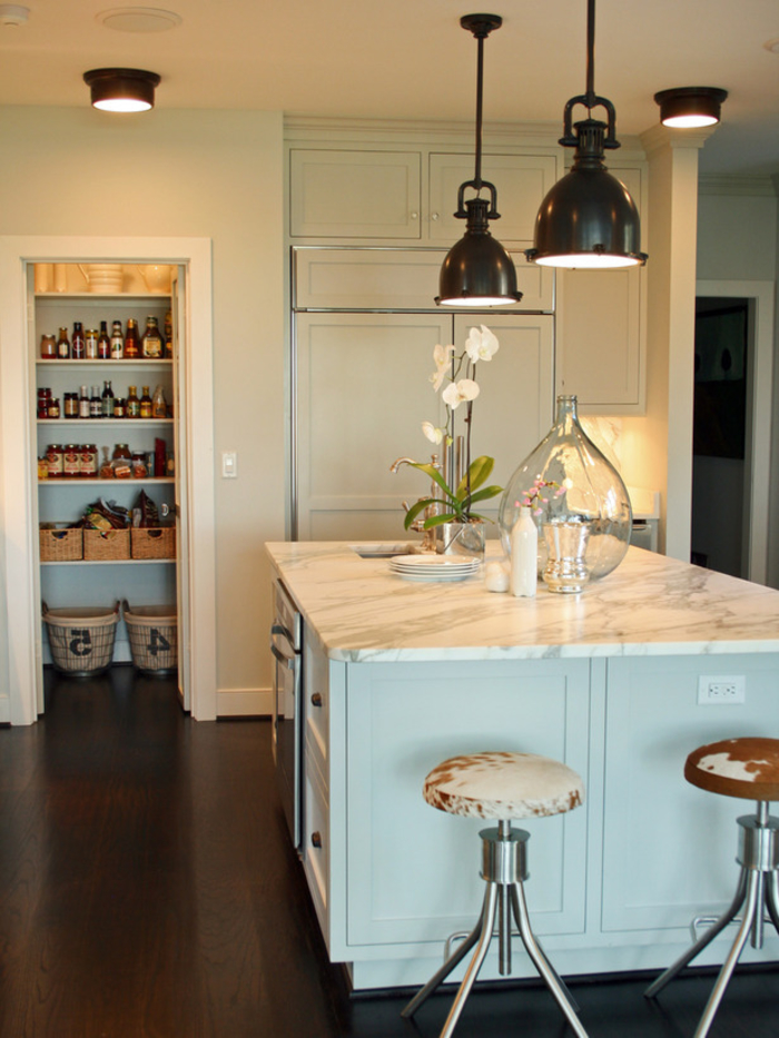 exemple pour une décoration industrielle adoptée par petites touches dans une cuisine couleur pastel élégante