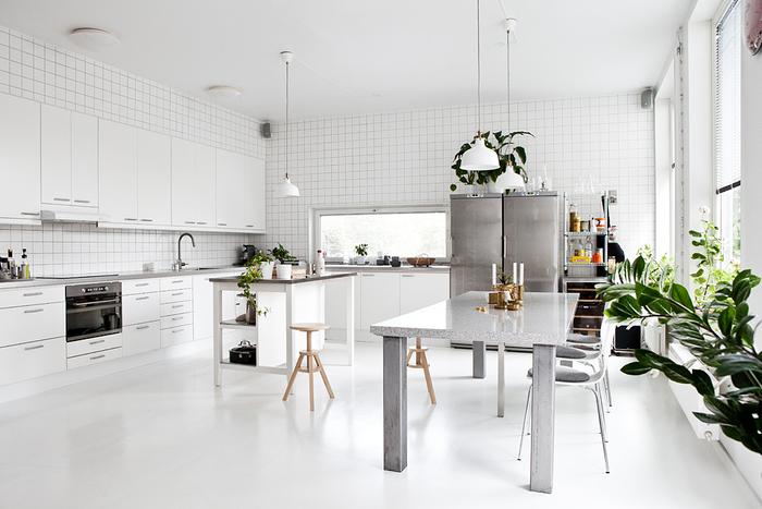 cuisine tout blanc associant la deco industrielle et l'ambiance scandinave