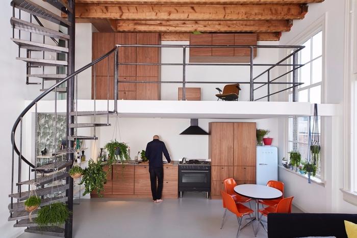 cuisine spacieuse aménagée dans un esprit loft industriel, au design épuré contemporain