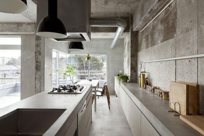 cuisine industrielle d'aspect brut aménagée en longueur avec un comptoir et un plan de travail en béton