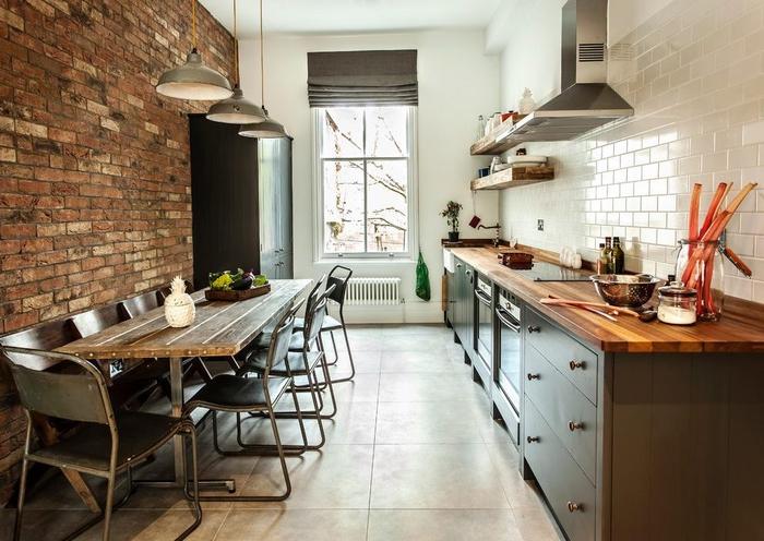 cuisine style industriel aménagée en longueur avec deux murs disparates
