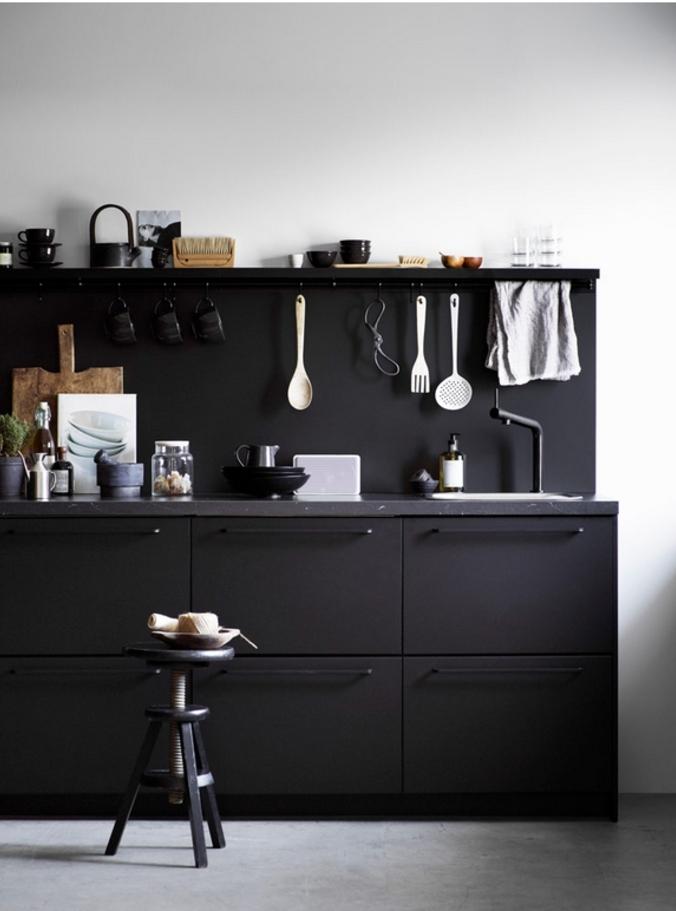 cuisine noire au design compacte à finition métal noir mat idéal pour un petit espace au style industriel