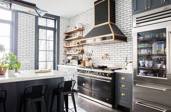 exemple de l'association réussie de la deco industrielle avec le style scandinave dans une petite cuisine noir et blanc