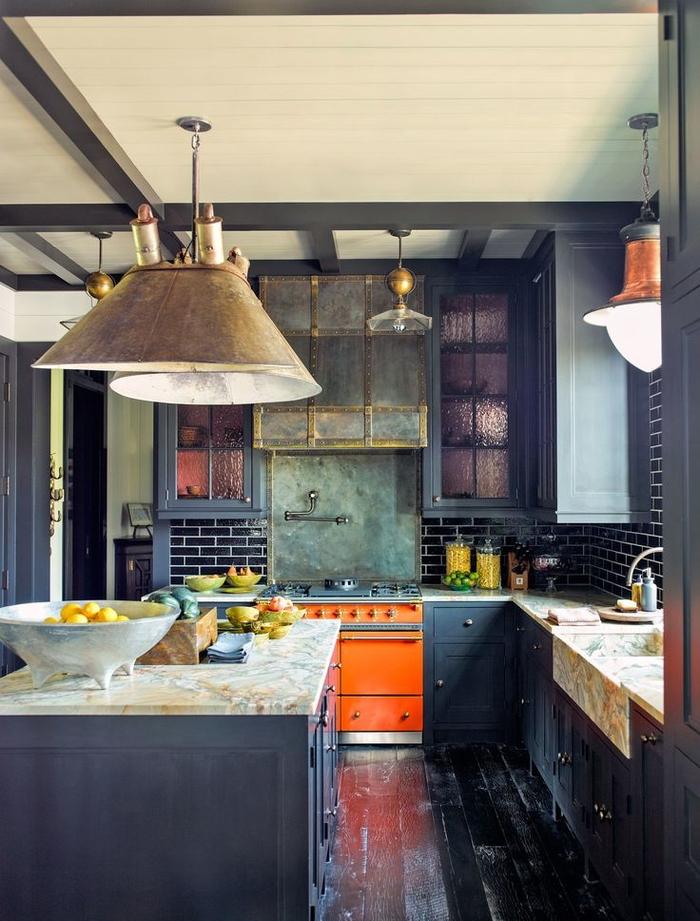 meubles industriels de cuisine aux nuances de vert et de bleu marine au design éclectique