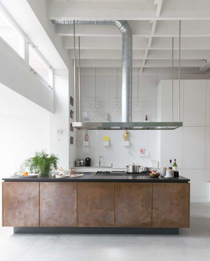 cuisine esprit atelier aménagée dans un grand espace ouvert et ensoleillé, accent sur les meubles industriels surdimensionnés et les finitions