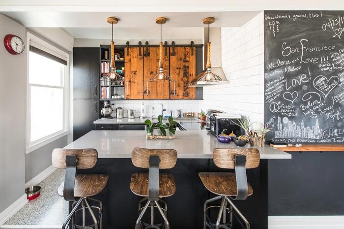 aménagement ingénieux d'une petite cuisine aux accents en bois de grange et métal
