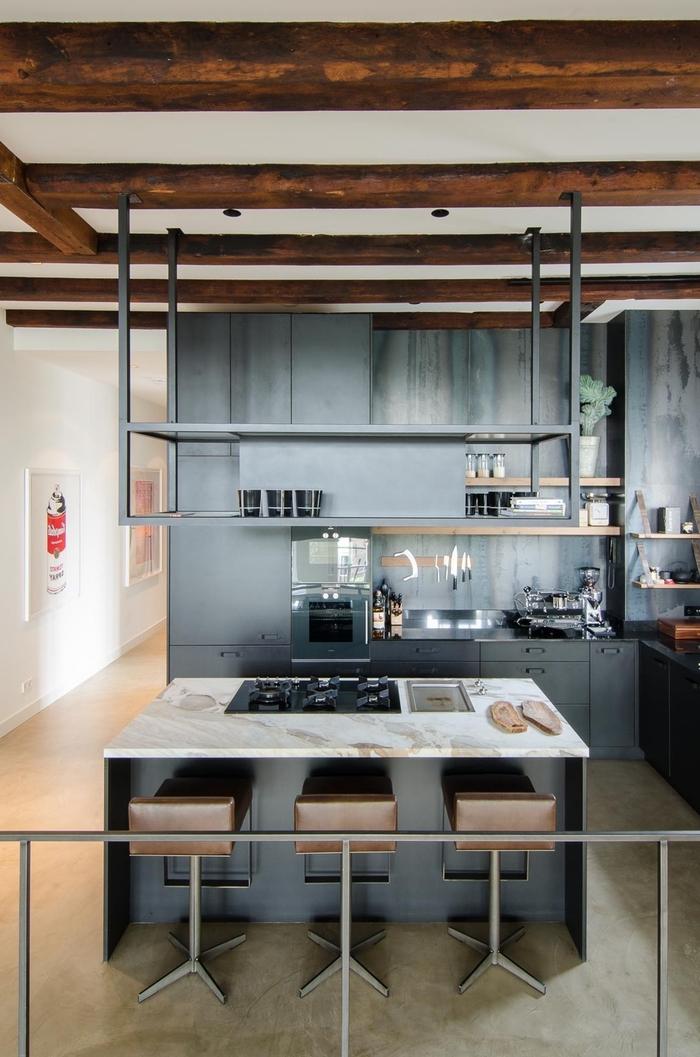 une cuisine style loft industriel au design élégant et épuré avec poutres apparentes