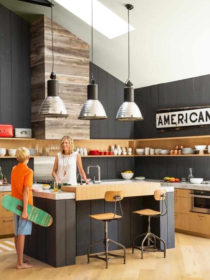 cuisine noire et bois jouant sur le contraste de la peinture noire mat et l aspect naturel du bois
