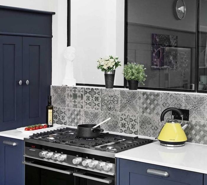 cuisine repeinte en bleu marine, plan de travail blanc, stickers carrelage gris, noir et blanc, deco de fleurs fraiches