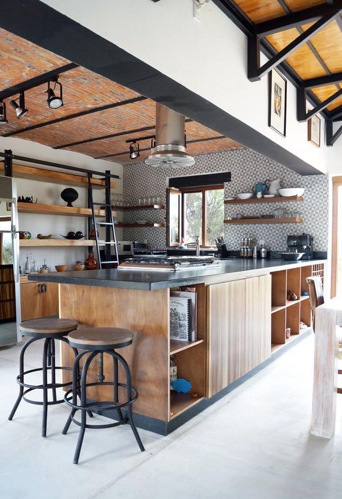 cuisine industrielle moderne et fonctionnelle associant le bois et le métal noir