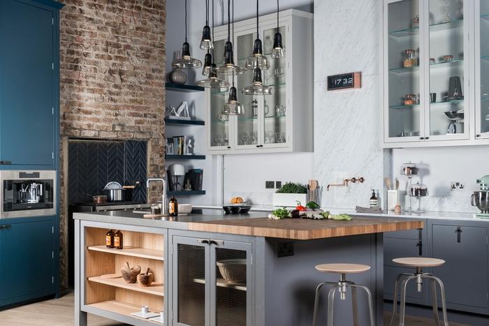 cuisine industrielle fonctionnelle aux nuances de bleu et gris équipée d'un îlot central avec espace rangement