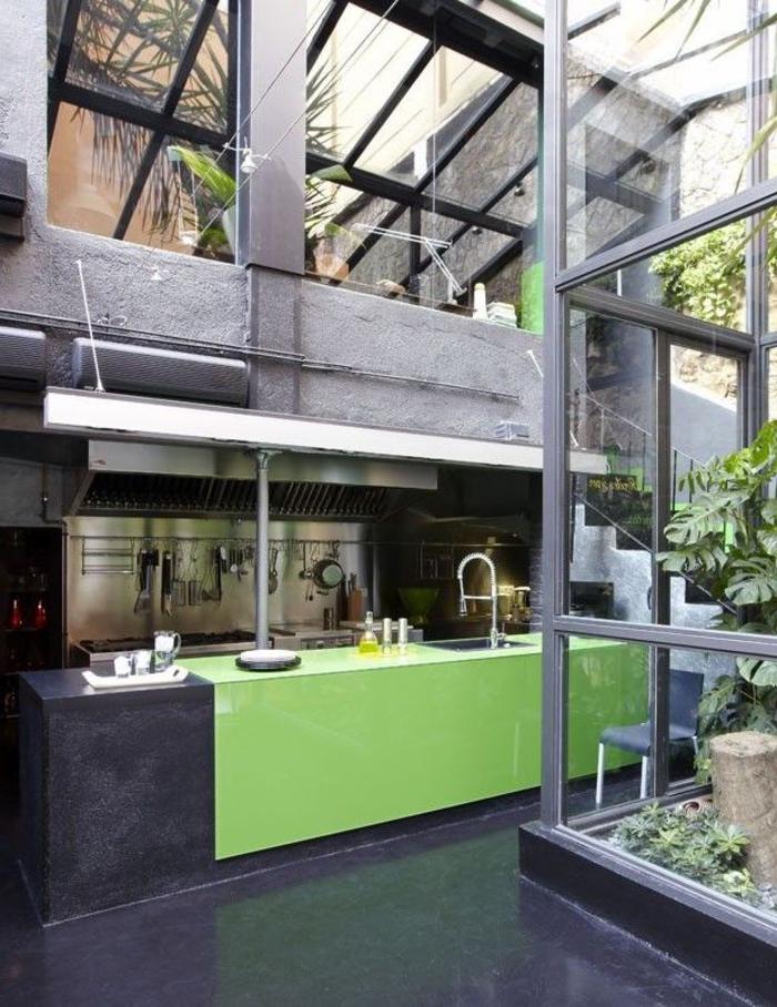 """cuisine esprit loft industriel en b""""ton et acier avec îlot central au look brut peint en noir et vert"""