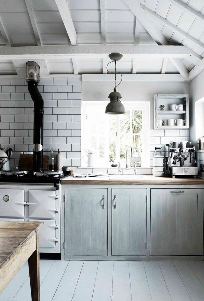 la suspension cloche industriel et la charpente apparente sont des accents deco industrielle qui s'harmonisent parfaitement avec l'ambiance rustique de cette cuisine