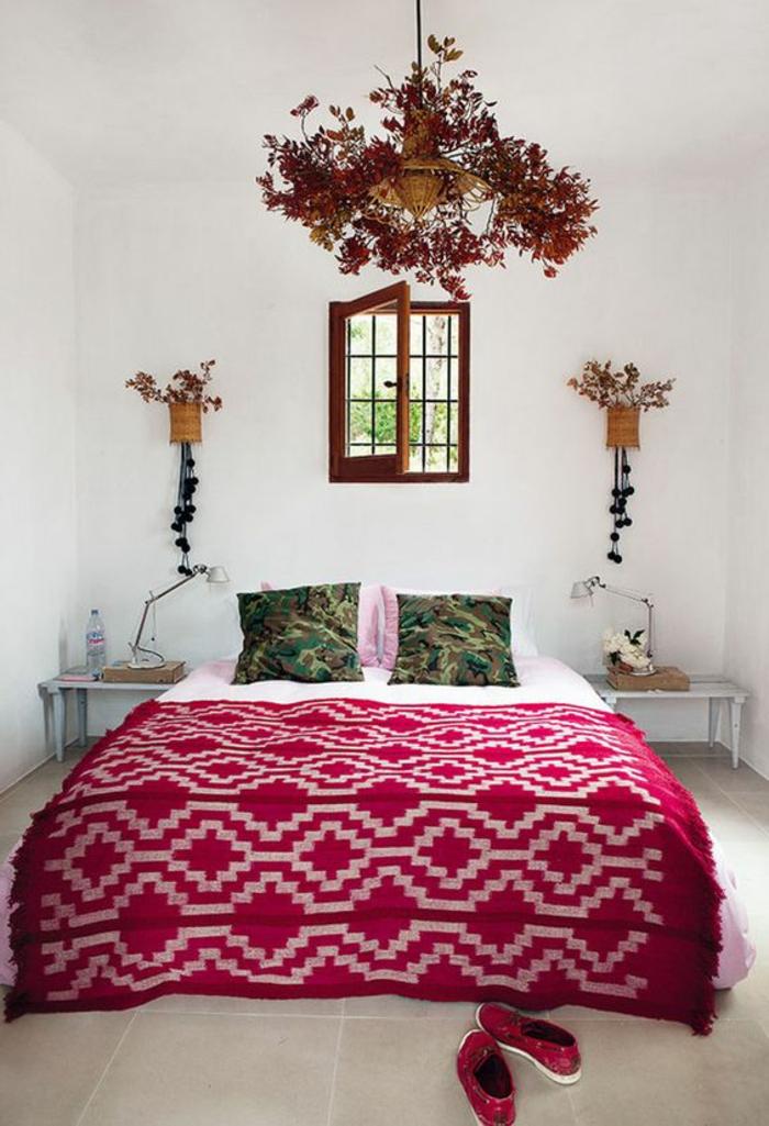 décoration chambre en couleur rouge vermeil comme couleur dominante avec des vases pour plantes appliques des deux cotes du lit
