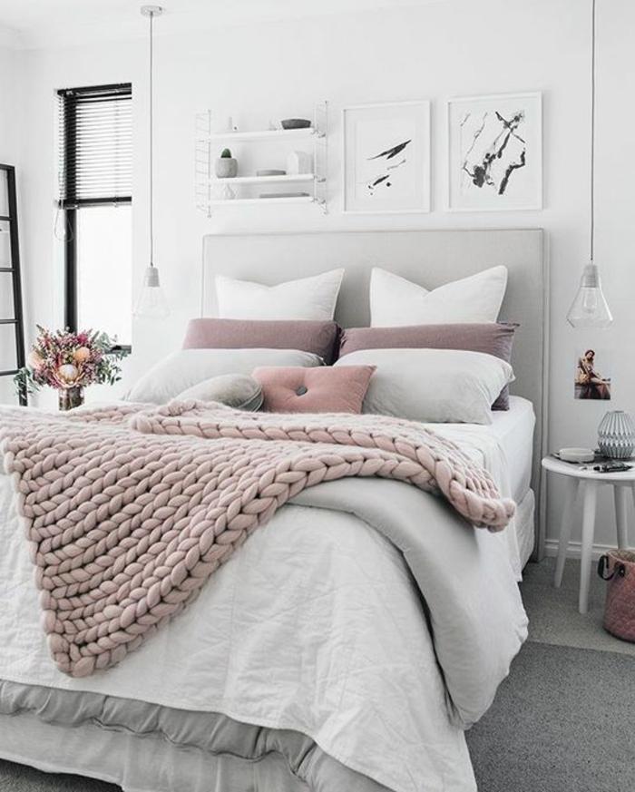 papier peint chambre adulte en rose et blanc ambiance romantique avec étagère aux objets déco et des tableaux aux cadres blancs
