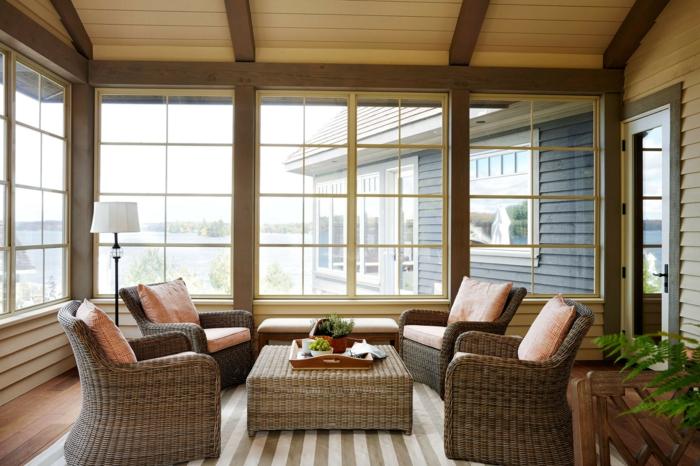 déco salon cocooning, table et fauteuils en rotin, tapis rayures, plafond en bois