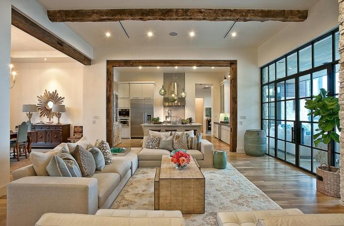 déco salon cocooning, table basse en bois, tapis beige, sofas en tissu gris, sofa en cuir beige, poutre apparente au plafond