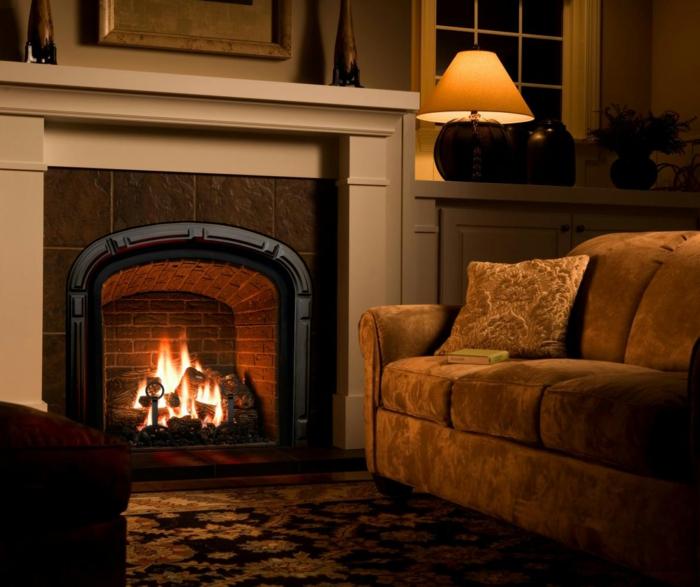 déco salon cocooning, cheminée murale, sofa vintage en velours couleur kaki, lampe abat-jour