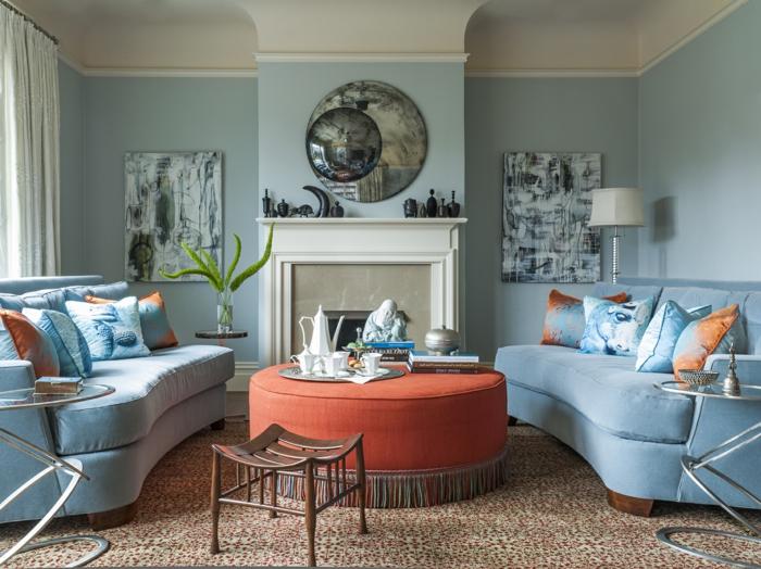 déco salon cocooning, tapis à poil court, cheminée blanche, sofas bleus, coussins déco, peinture murale blanche