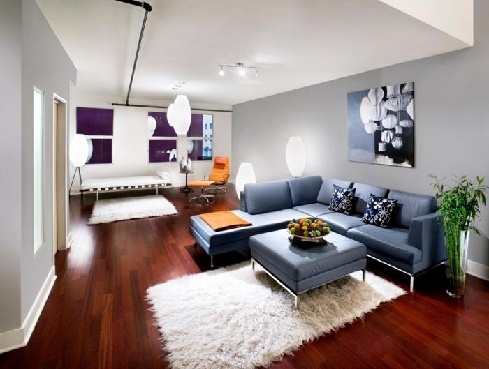déco salon cocooning, peinture murale bleue, tapis rectangulaire moelleux, peinture moderne, déco avec plantes vertes, chaise orange
