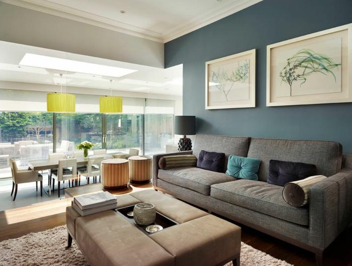 déco salon salle à manger, tapis couleur taupe, peinture murale bleue, deux peintures abstraites, plafonniers jaunes