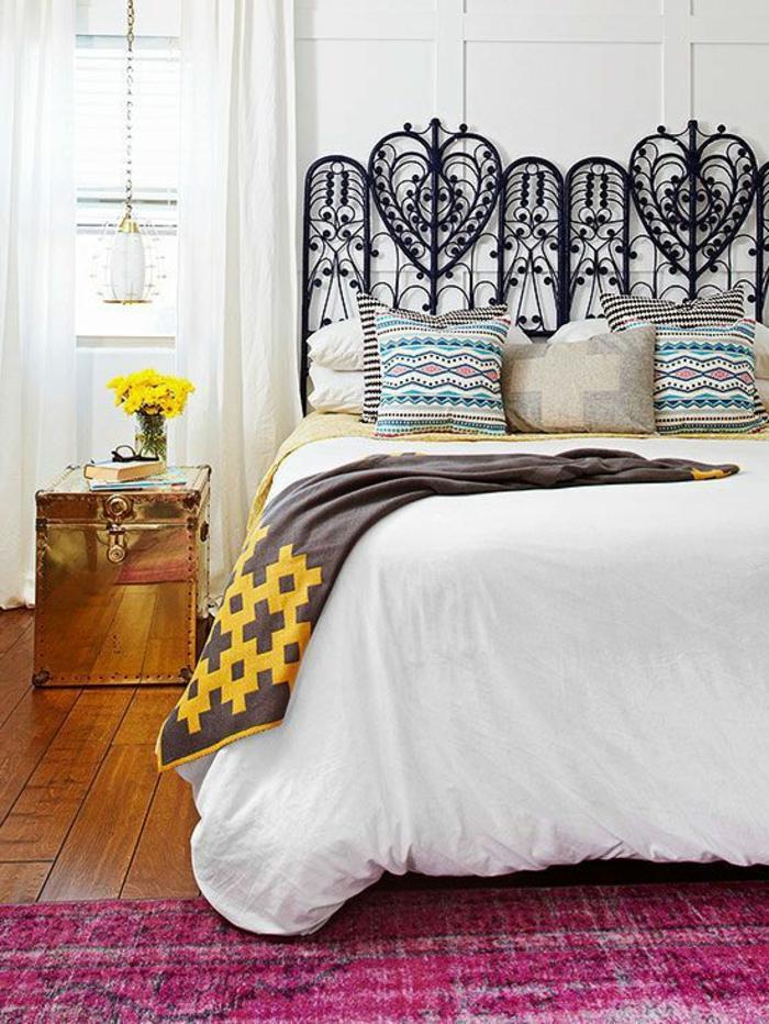 idee deco chambre tete de lit en fer forgé noir et arabesques décoratives en forme de grands coeurs