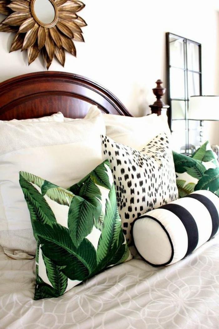 déco chambre adulte avec tete de lit en bois laqué marron foncé avec des coussins de forme carrée et oblongue