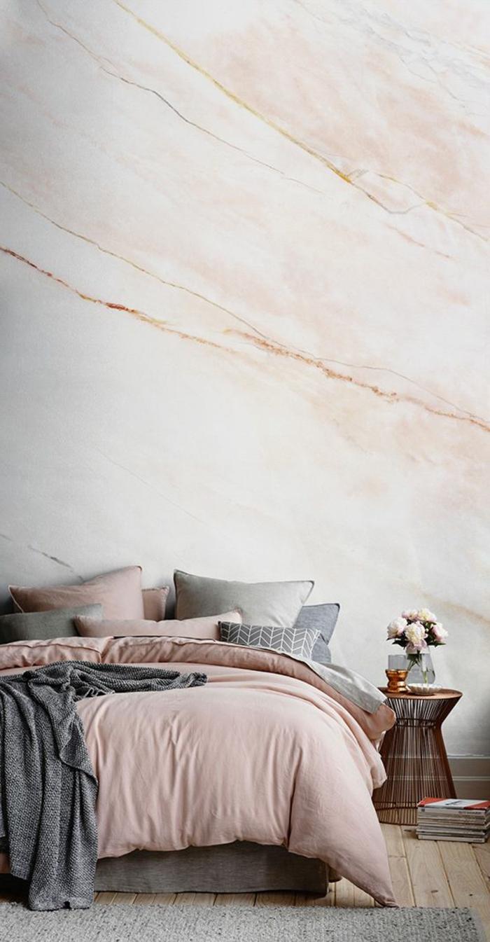 peinture chambre adulte mur en rose effet marbré linge du lit en gris et rose avec tapis gris clair et table meuble de lit en style ethno en cannes tressées