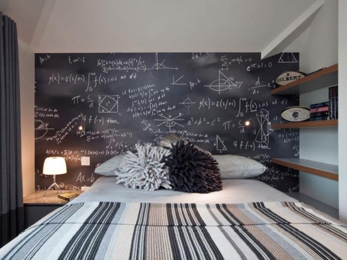 idee deco chambre fille, coussins décoratifs d'inspiration pompons diy, couverture de lit rayée en couleurs neutres