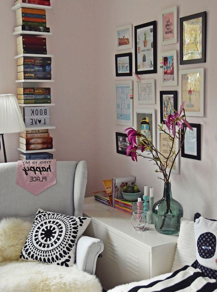 idee deco chambre fille, étagère verticale en bois peint en blanc, mur de cadre photos noir et blanc