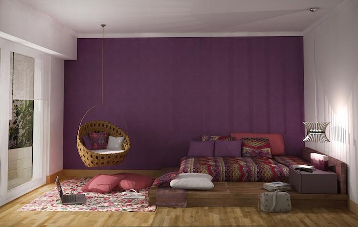 lit ado fille, plafond blanc avec mur violet, revêtement de sol en bois, chaise suspendue avec coussins décoratifs