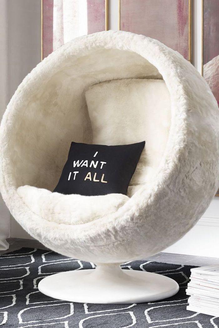 meuble chambre enfant, décoration en blanc et noir cocooning, coussin noir à lettres blanches