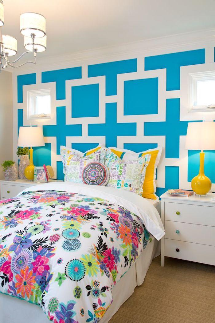 idee deco chambre fille, lampe de chevet en blanc et jaune, décoration murale en bleu turquoise