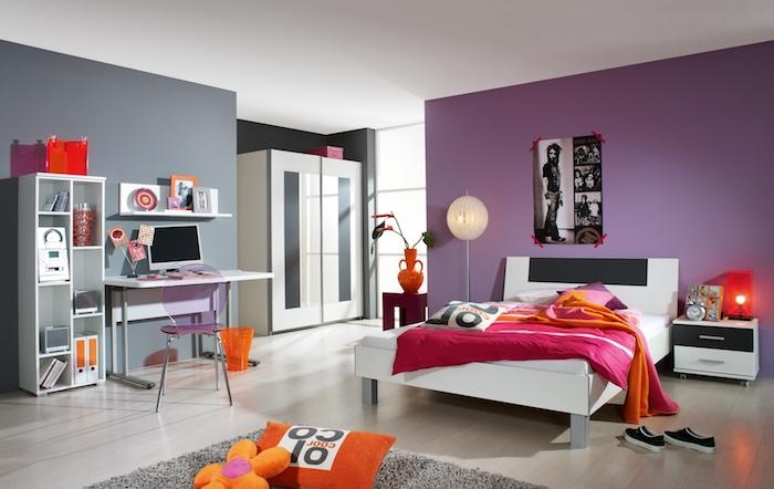 lit ado fille, meubles en bois peints en blanc, vase orange sur table de chevet rouge, couverture de lit rose foncé