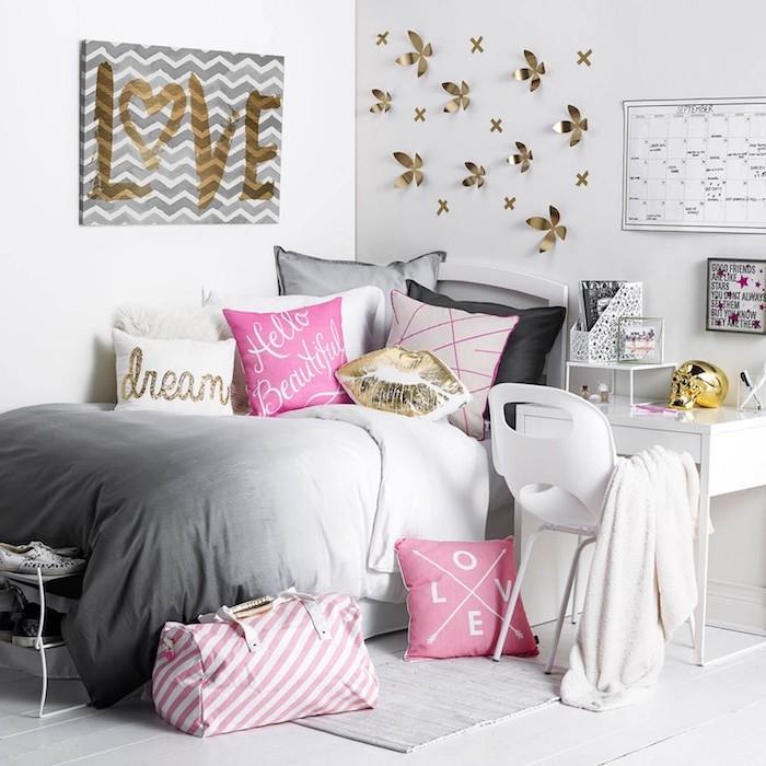 idee deco chambre fille, peinture gris et blanc avec lettres amour en or, coussins décoratifs en blanc et noir