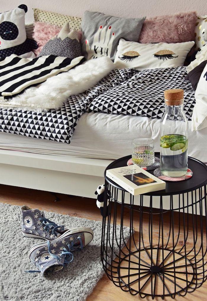 intérieur thématique fashion, revêtement de sol en bois clair avec tapis moelleux gris