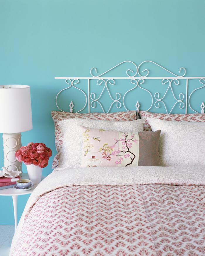 couleur chambre adulte style campagne bord de mer, peinture murale bleue, linge de lit rose et blanc, table de nuit blanche, lit metallique