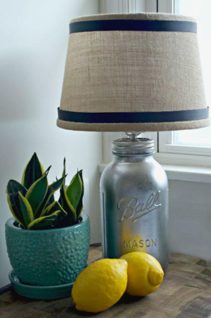 une diy lampe de chevet en bocal argenté et à abat-jour en toile de jute