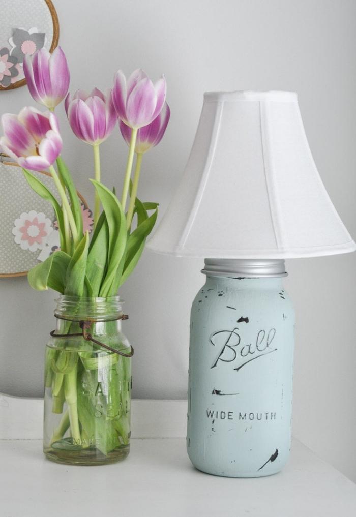 idée originale pour un projet diy lampe de chevet de style shabby chic couleur bleu pastel
