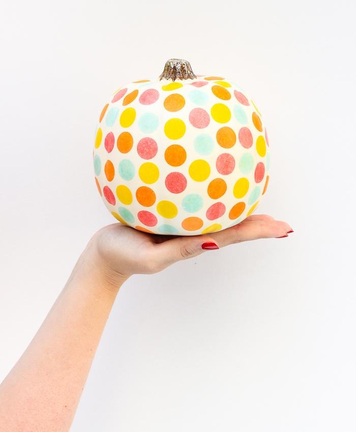 décoration halloween a fabriquer, citrouille repeinte en blanc avec des pois colorés pour decorer votre interieur ou exterieur