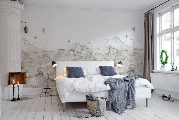idée de décoration chambre adulte, papier peint scandinave, lit blanc, couverture grise et coussins gris, parquet blanchi, cheminée blanche, rideaux gris