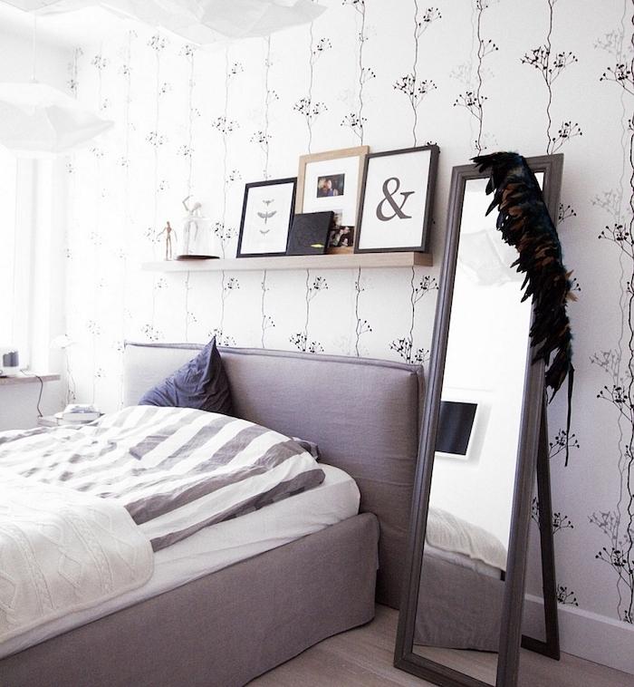 papier peint chambre adulte, motifs floraux élégantes sur un ond blanc, lit gris, linge de lit gris et blanc, miroir rectangulaire, cadres décoratifs