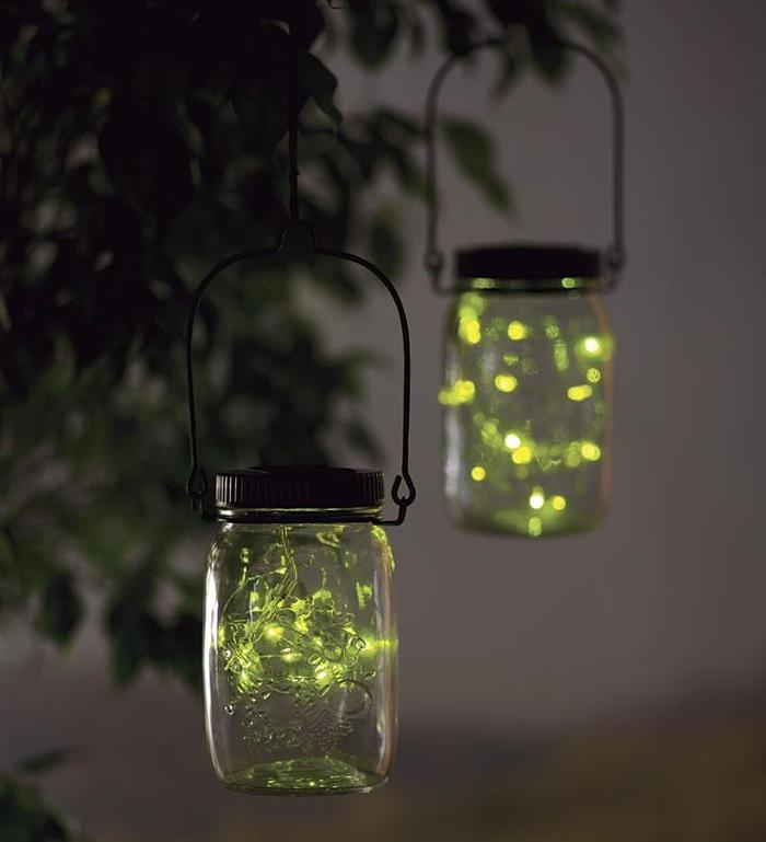 des bocaux le parfait transformés en lanternes de charme d'extérieur pour une déco fantaisiste dans le jardin