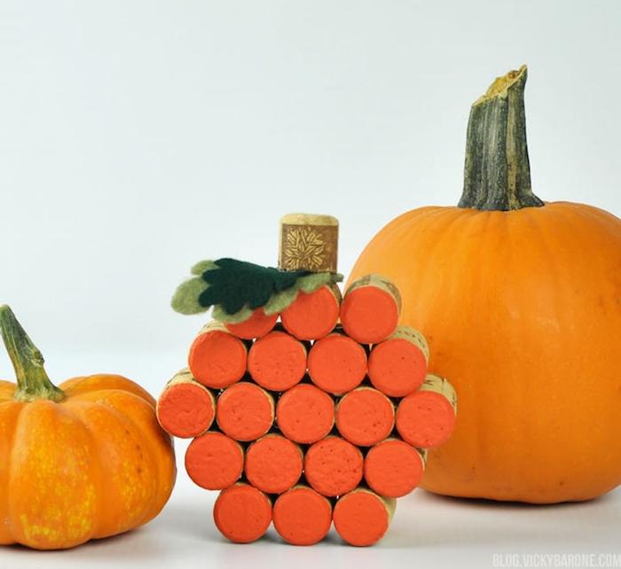 décoration halloween a fabriquer à partir de bouchons de liege, repeints en orange, feuilles en feutrine verte, citrouilles tailles diverses