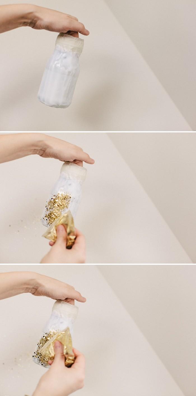 saupoudrer le pot en verre de paillettes couleur or, idée déco mariage à réaliser soi-même, pot enduite de colle blanche