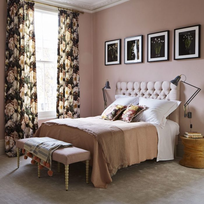 idée comment décorer sa chambre, mur couleur rose, tapis gris, rideaux fleuris, table de nuit bois, motifs floraux sur les coussins