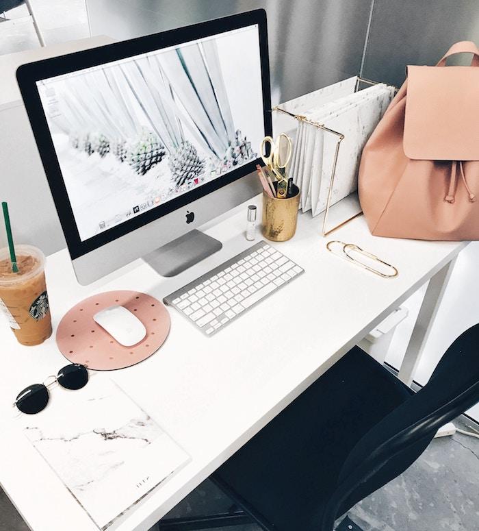 meuble bureau, bureau blanc et chaise noir d'office, papier et agenda à design marbre, accessoires peints en or