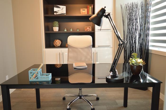 fourniture de bureau, office aux murs beige et plafond en bois, bibliothèque en blanc et noir